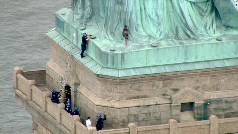 the only thing worth celebrating  today is the fact that two years ago today A BLACK WOMAN, patricia okoumou, climbed the statue of liberty to protest children being locked in cages 👸🏾🙌🏽 https://t.co/fdCLEIOlBE