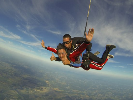 Who's coming with me? #BUCKETLIST  #parachuting Now, how to convince my parents?<br>http://pic.twitter.com/WYtDCrrNkp