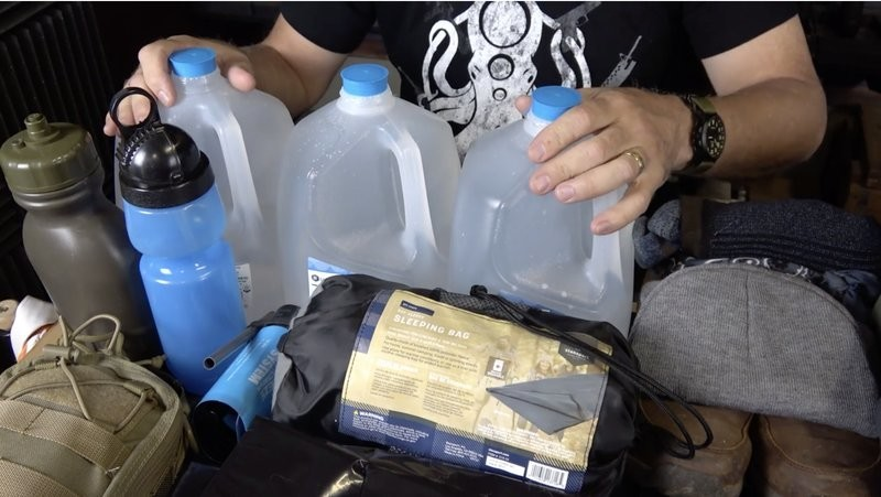 Get prepared with the essential gear and supplies as @Sootch00 teaches you how to build a 72 hour emergency kit for survival  Full video here: http://bit.ly/2U13W73pic.twitter.com/8NO2uwXrfO