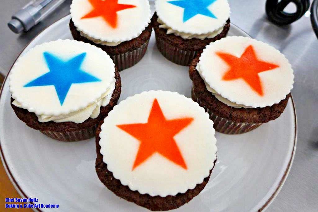 HAPPY 4TH from Baking & Cake Art Academy Gluten-free desserts.  The cookies are made from rice flour and the cupcakes are made with a blend. #4thofJuly2020 #4thofJuly #Happy4th #BakingandCakeArt #BakingandCakeArtAcademy #BCAA #ChefSusan #ChefSusanHoltz #BakingClassesLosAngelespic.twitter.com/hkrIfXb0xQ