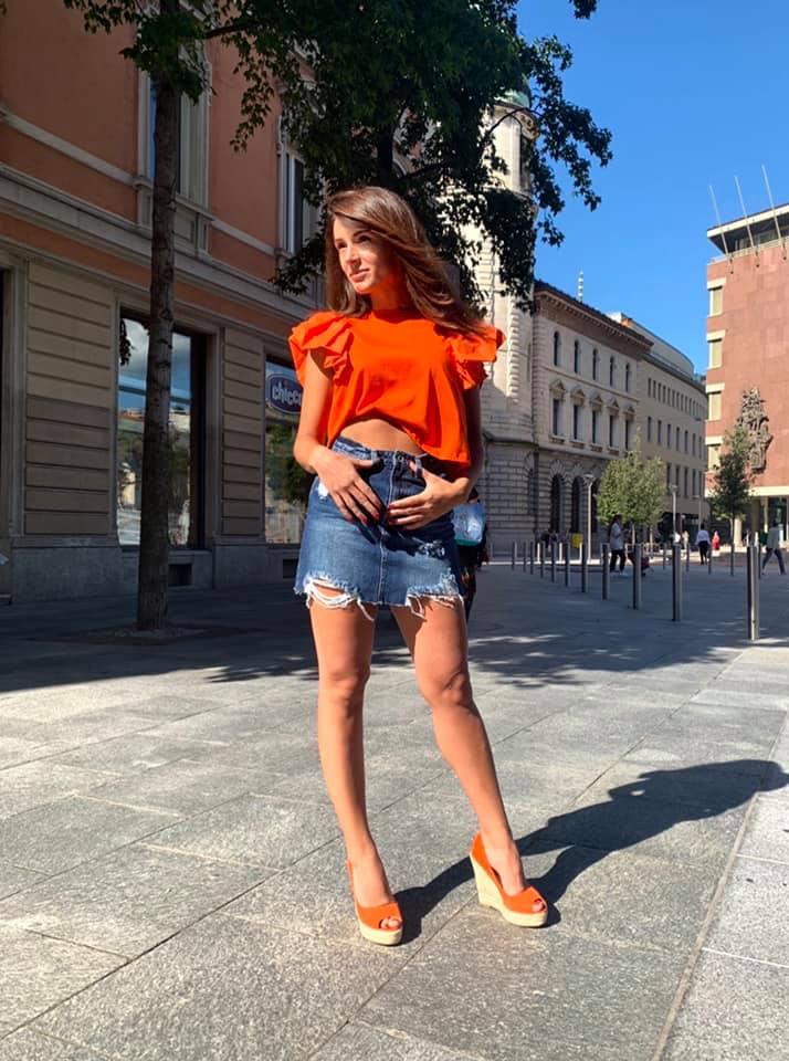 Morbida T-shirt 🧡con spalline a sbuffo disponibile nelle tonalità: Fucsia, Arancione, Nero, Bianco.  #shoppingonline #showroom #style #styleinspiration #woman #womanstyle #lugano #tshirt #shoes #totaloutfit