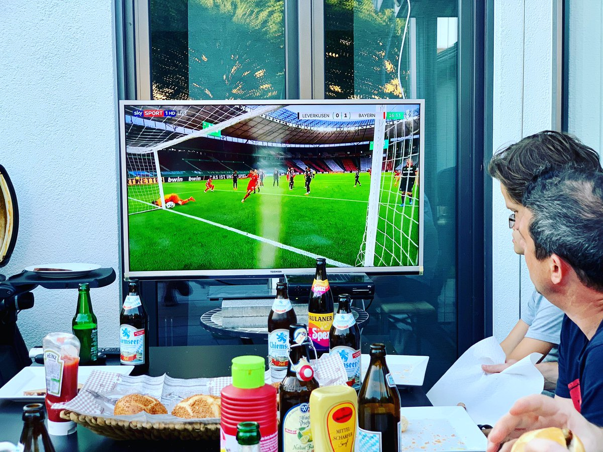 Gute Freunde, Fußball und Salat. Mehr Pokal geht nicht. #DFBPokal #Aschheim #FCBayern #LEVFCB
