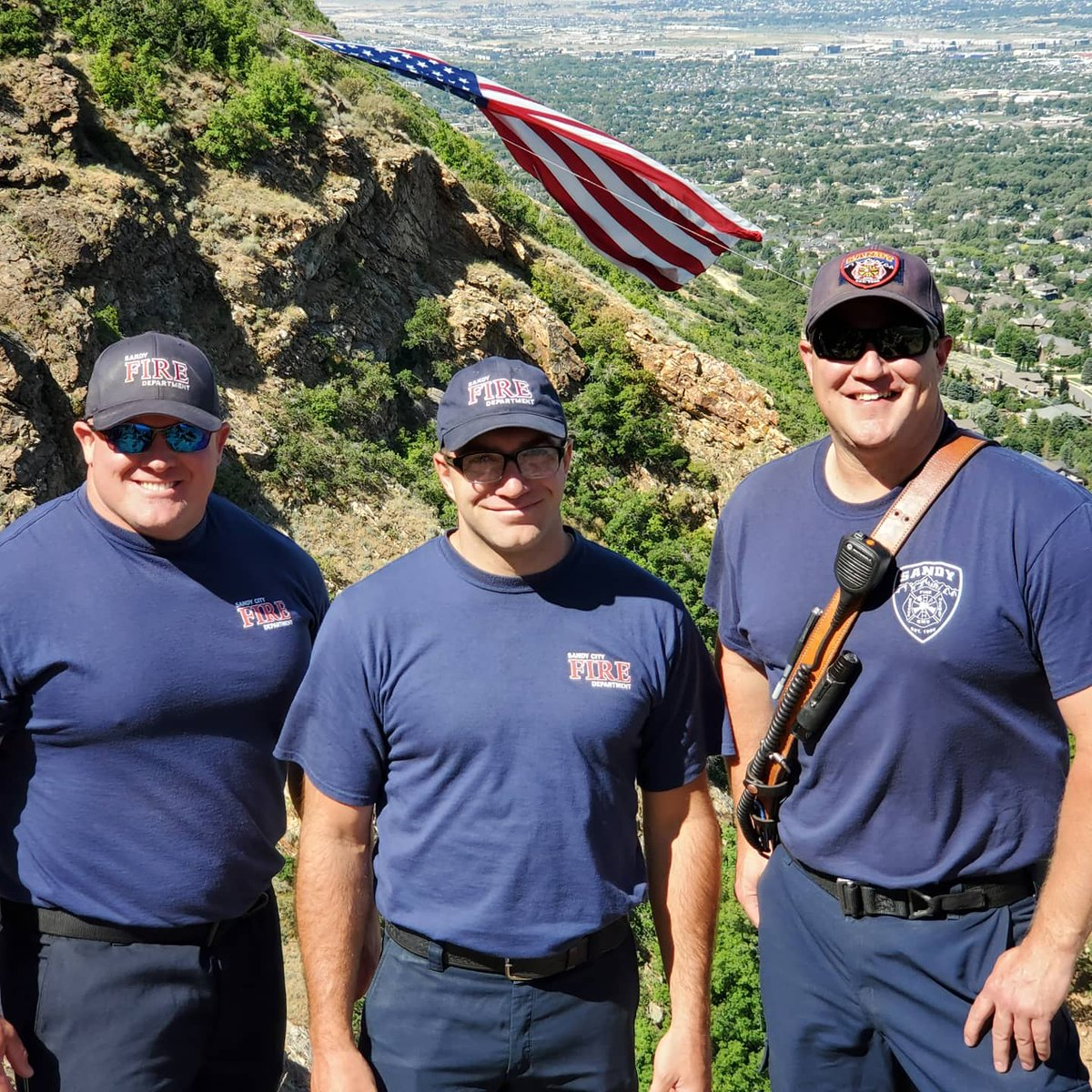 The Crew from station 33 had the honor of assisting with the flag this morning. Harold Higgins and his crew do an amazing job every year. Thank you for your patriotism, and for allowing us to tag along today.   #sandyfire #sandycityfire #sfd #sandycity #heartofthewasatch https://t.co/Ic5p3ryHfQ