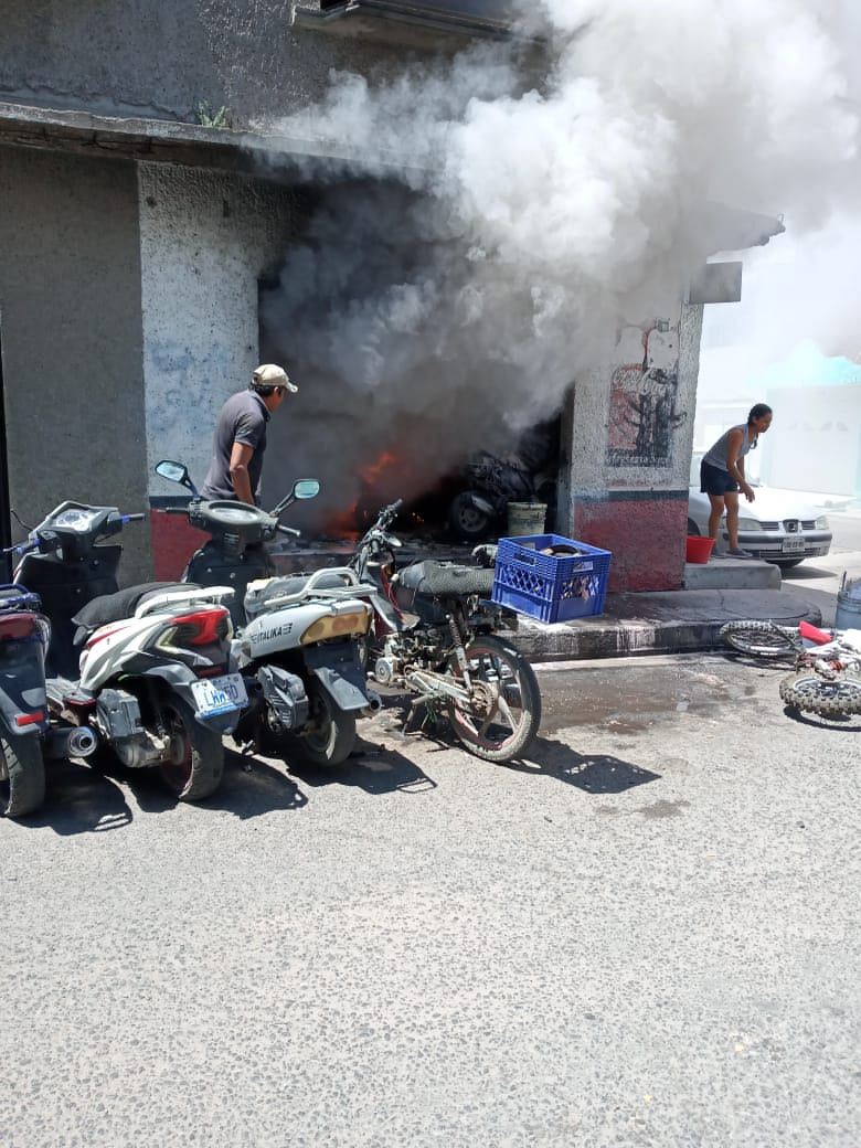 Foto: Sicarios avientan granadas a taller de motocicletas en la Col. Jardines de #Celaya en Celaya, Guanajuato, informan hay dos muertos en este evento, el lugar comenzó a incendiarse... https://t.co/EQ4WUq2238