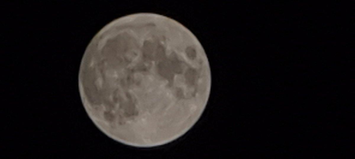 La luna desde mi casa con el zoom óptico híbrido a 100x del increíble Samsung Galaxy S20 Ultra. #Lunallena #FelizSabado #samsungGalaxyS20Ultra #micasa #utrillas #teruelpic.twitter.com/7Axtxequ5P
