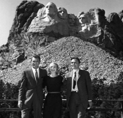 just because :) Cary Grant, Eva Marie Saint and James Mason at Mount Rushmore... for North By Northwest #Hitchcock pic.twitter.com/PpIZPl5B2E