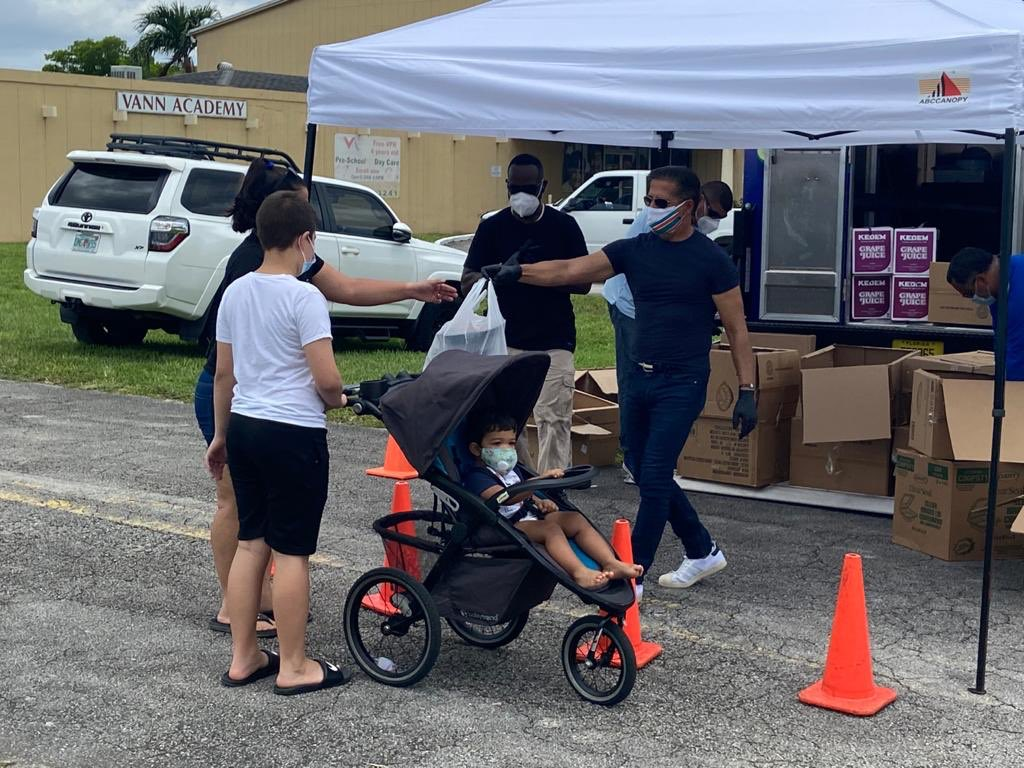 No child or family shall go hungry on our watch. Day of service on our nation's birthday. Hundreds of hot meals delivered to those in need. If each does a little, the result can be so great. #4thofJuly  @MDCPS #covid19 https://t.co/lyATtBbo14