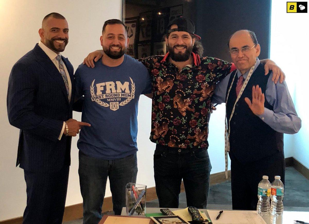 """#UFC251  Ante el positivo a #Covid19 de #GilbertBurns, no habría retador al cinturón wélter de #UFC, el cual pertenece a #KamaruUsman. El representante de #JorgeMasvidal, #AbrahamKawa, dijo a #ESPN que el 🇨🇺 está """"absolutamente dispuesto"""" a pelear con el campeón. https://t.co/qqM7E2SmAa"""