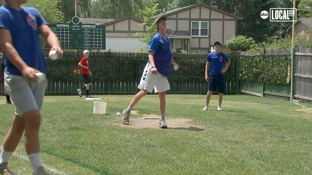 Chicago area teen knocks it out of the park with this mini Wrigley Field in his backyard abc7chicago.com/6296090/?ex_ci…