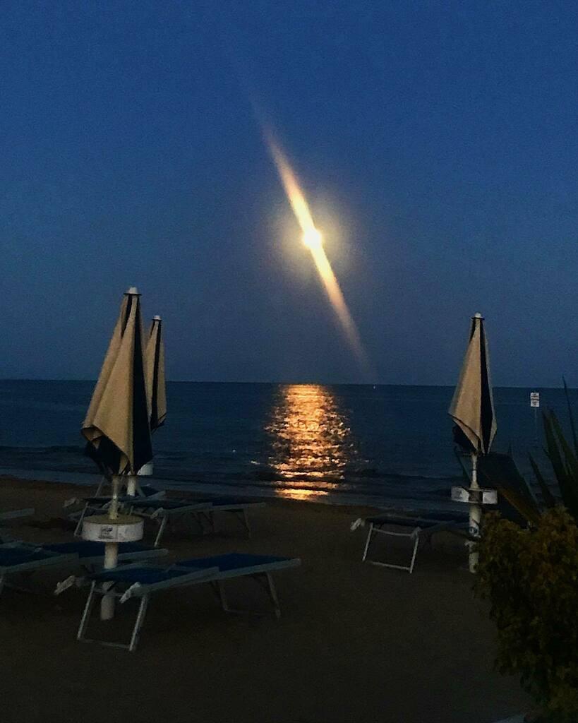 moonlight  #fullmoon #fullmoonenergy #sealovers #veneto #bibione https://instagr.am/p/CCPLcxxq2rV/pic.twitter.com/ruXkQ0cD66