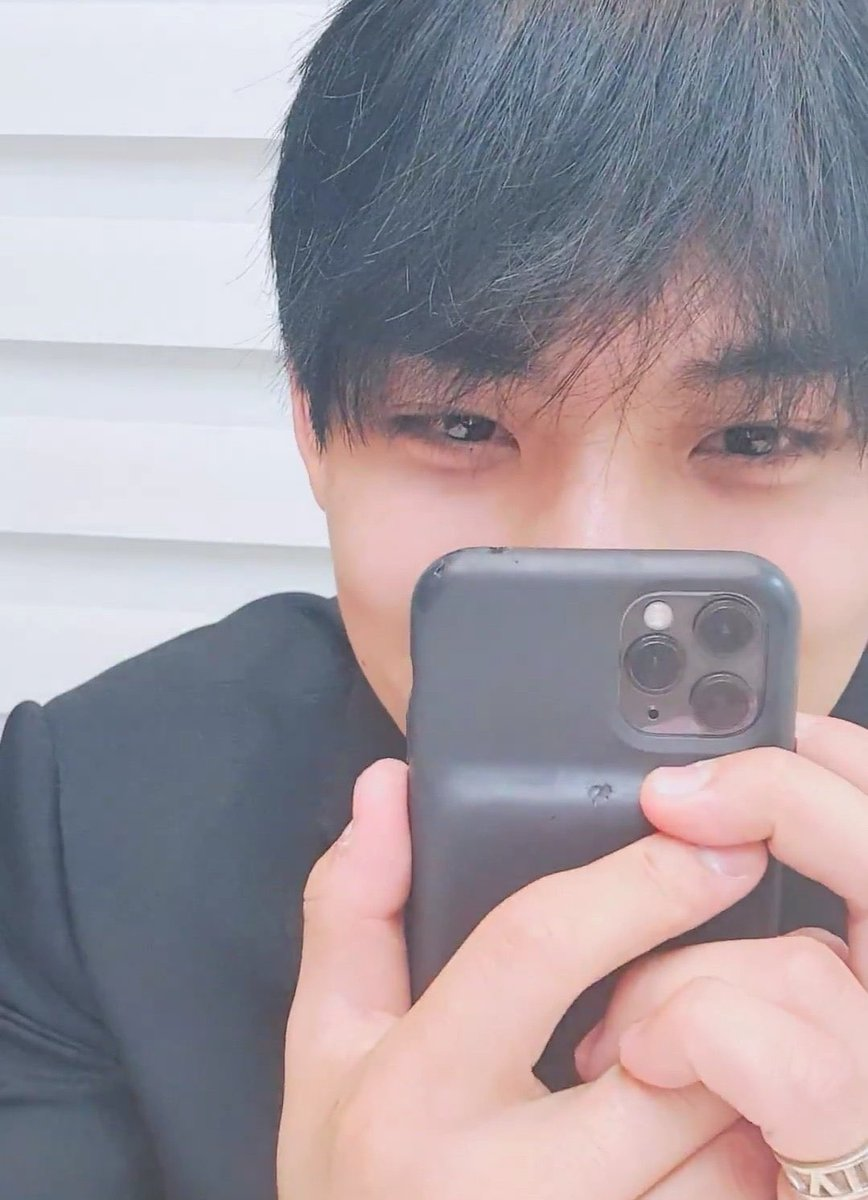 bro just what shit does mingyu's phone go through... last april his case only got dents but today one edge is completely torn off lmaoo 민규 pic.twitter.com/QNRyvTYsvD  by ㄱ1ㅁ뀨🌸