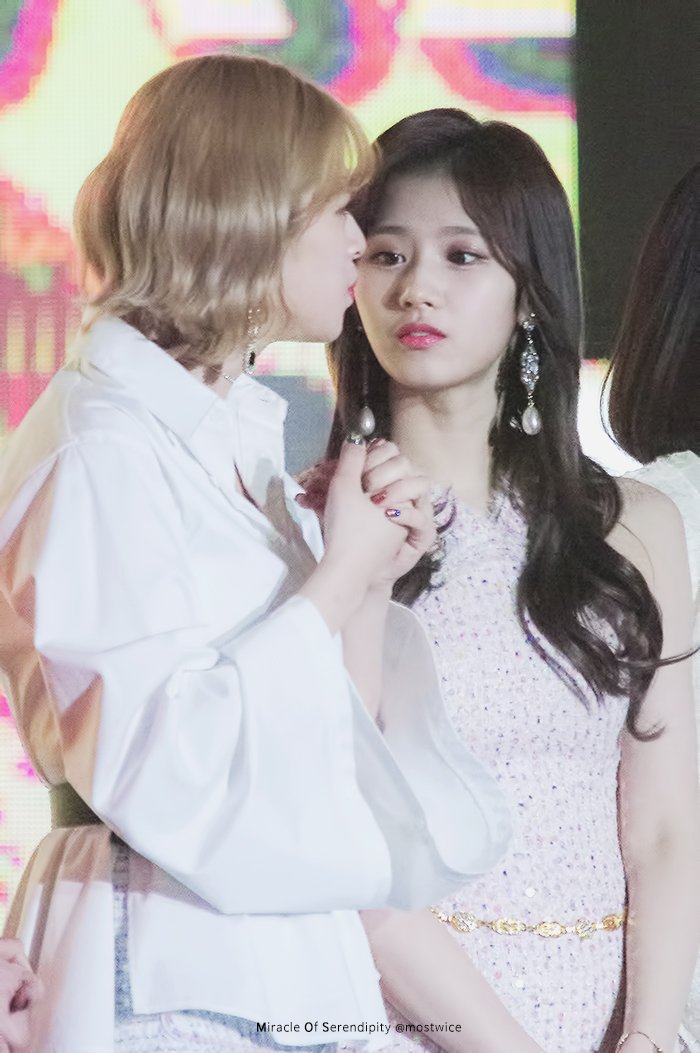 Sana staring at Jeongyeon like she is her world.   @JYPETWICEpic.twitter.com/DXXJlXMULq  by Jeongyeonssi