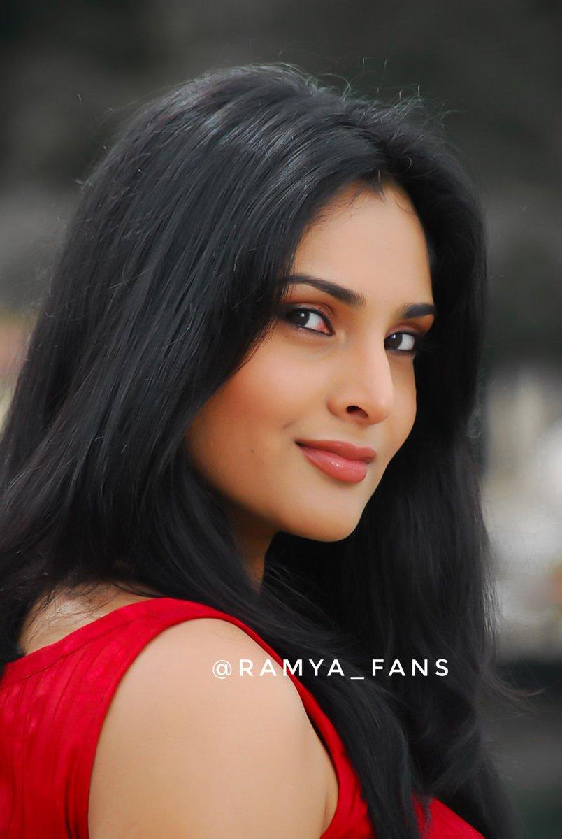ಸ್ಯಾಂಡಲ್ ವುಡ್ ಕ್ವೀನ್ ರಮ್ಯಾ @divyaspandana #Sandalwoodqueen #sandalwoodpadmavati#sandalwoodqueenramya#kannadthi #nimmaramya#actressramya#angel #diva #divyaspandana#padmavati #luckystar_ramya #mohakataareramya #goldengirl_ramya#ramya#ramyaplsdofilms #ramya_fanspic.twitter.com/47WFqa7z0g
