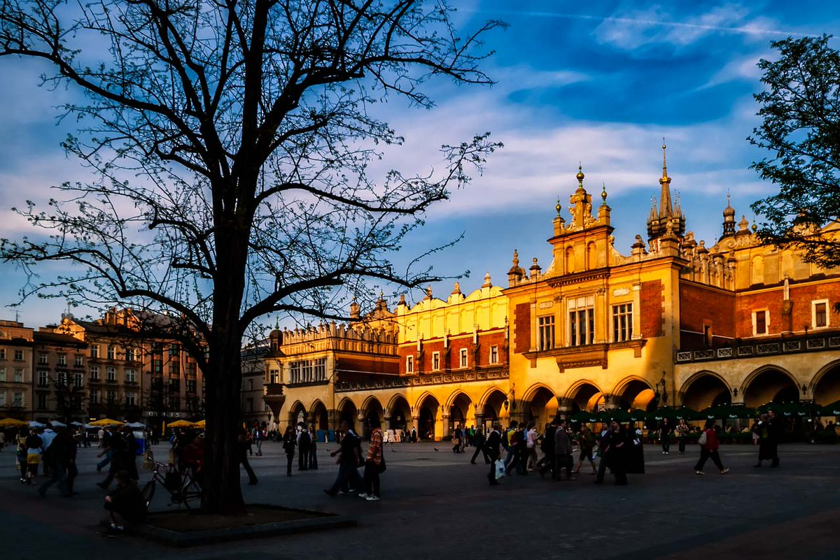 The square at sunset  More travel :http://bit.ly/2ydqG7sgmg  #travelling #traveler #traveladdict #travelphoto #travelpics #travels #travellife #travelbug #traveldiaries #travelawesome #cracow  #cracowoldtown #visitcracow #discovercracow #krakow  #krakowoldtown #visitkrakowpic.twitter.com/JU9JRMHian