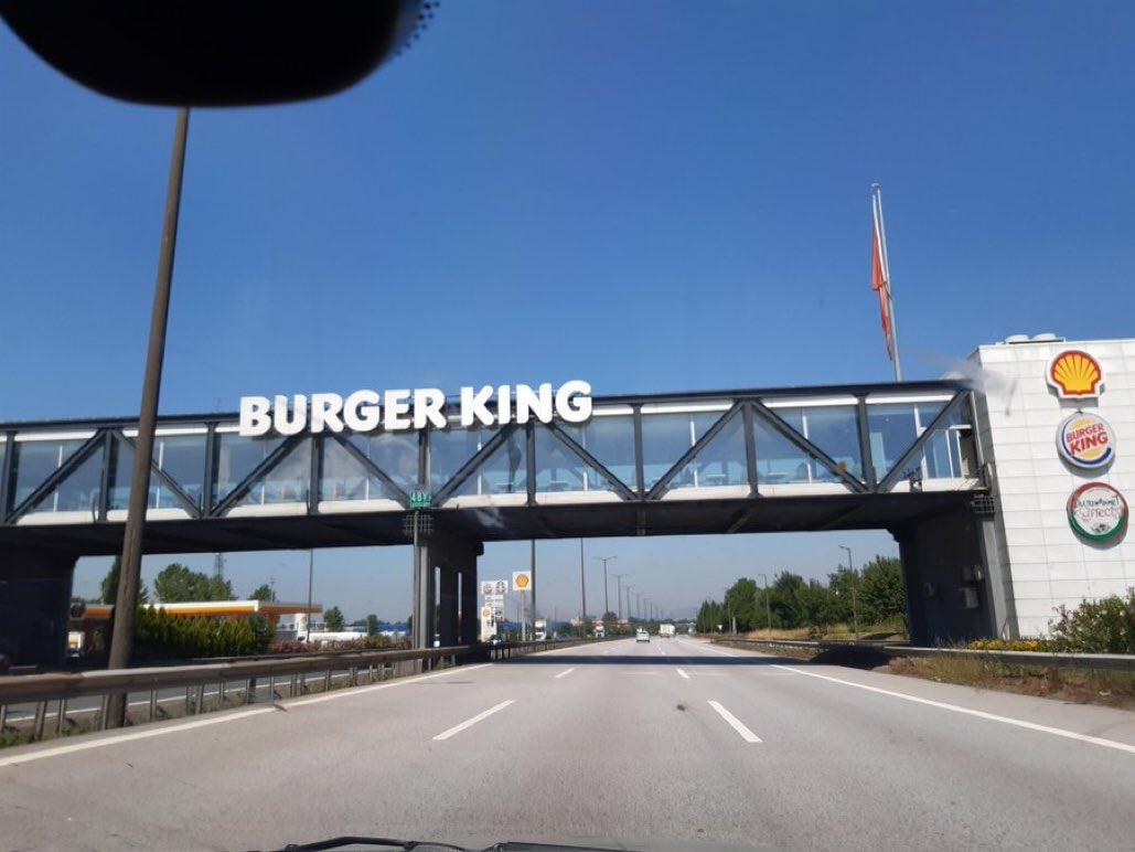 Her gördüğümde gitmek istediğim ama hiçbir zaman gitmediğimiz o burger king https://t.co/pTAG6TWYcZ