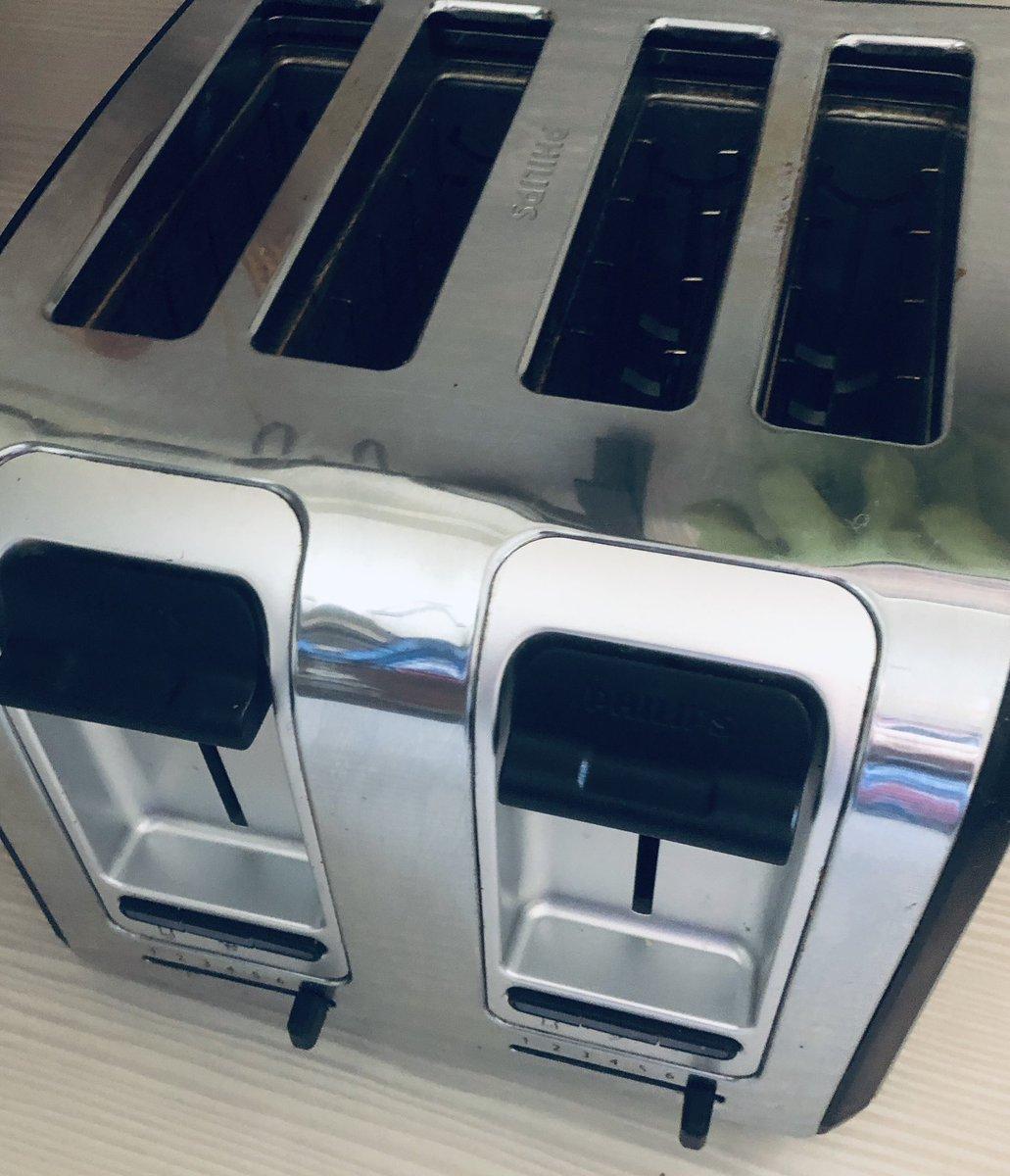 Was haben alle Designer von Toastern gemeinsam, egal ob billig oder teuer? Sie müssen sie offenbar nicht selbst reinigen. pic.twitter.com/r7N6xZz8Fn  by Dr. med. Eva Maria Strobl