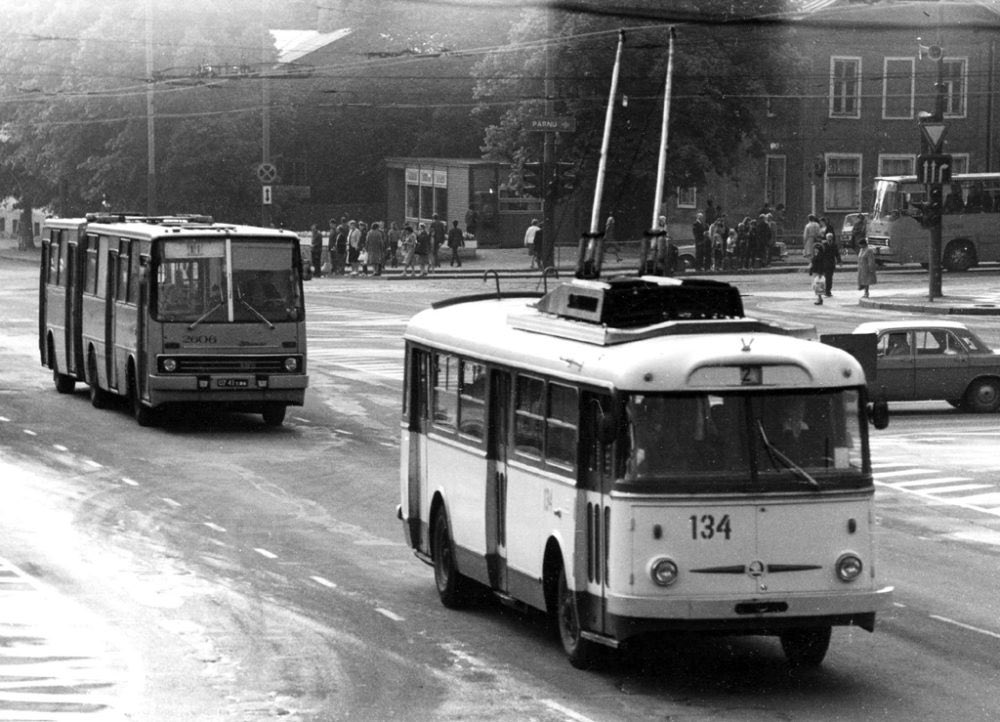 Freedom square — 1983   #80s #retro #ретро #photo #history #история #street #trolley #car #ikarus #bus #автомобиль #bw #soviet #ussr #ссср #tallinn #estonia #baltic #travel
