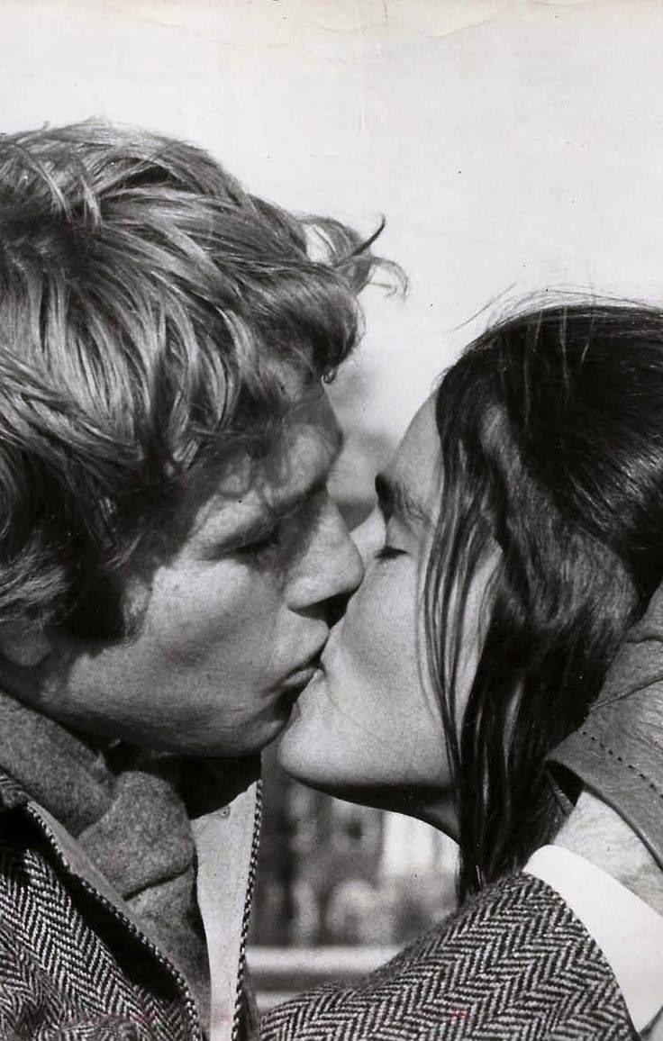 #citation   Ce soir, près de toi, mes lèvres ne sauront plus trouver que des baisers.   André Gide ; Isabelle (1911)  #photo : Ryan O'Neal & Ali MacGraw dans Love Story réalisé par Arthur Hiller, 1970.