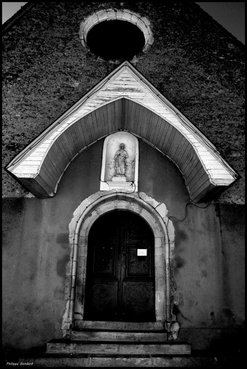 Dollon (Sarthe) #dollon #sarthe #lasarthe #sarthetourisme #labellesarthe #labelsarthe #maine #paysdelaloire #paysage #nature #campagne #rural #ruralité #gondard #route #road #OnTheRoadAgain #graphique #ombre #lumière #contraste #église #patrimoine #noiretblanc #blackandwhite