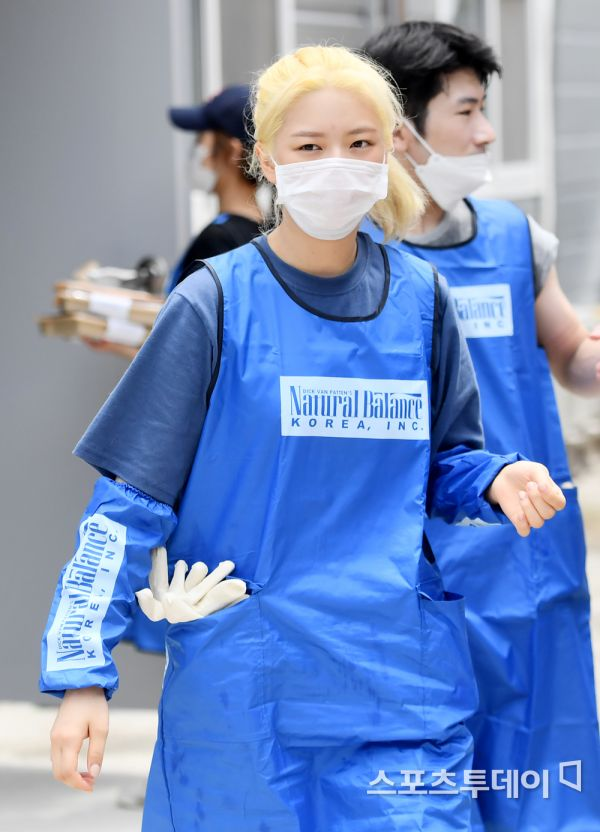 Jeongyeon went to volunteer at an animal shelter with the Blue Angels Volunteer Group this morning again   #TWICE #트와이스 @JYPETWICE pic.twitter.com/EKuTDYqADk  by SK