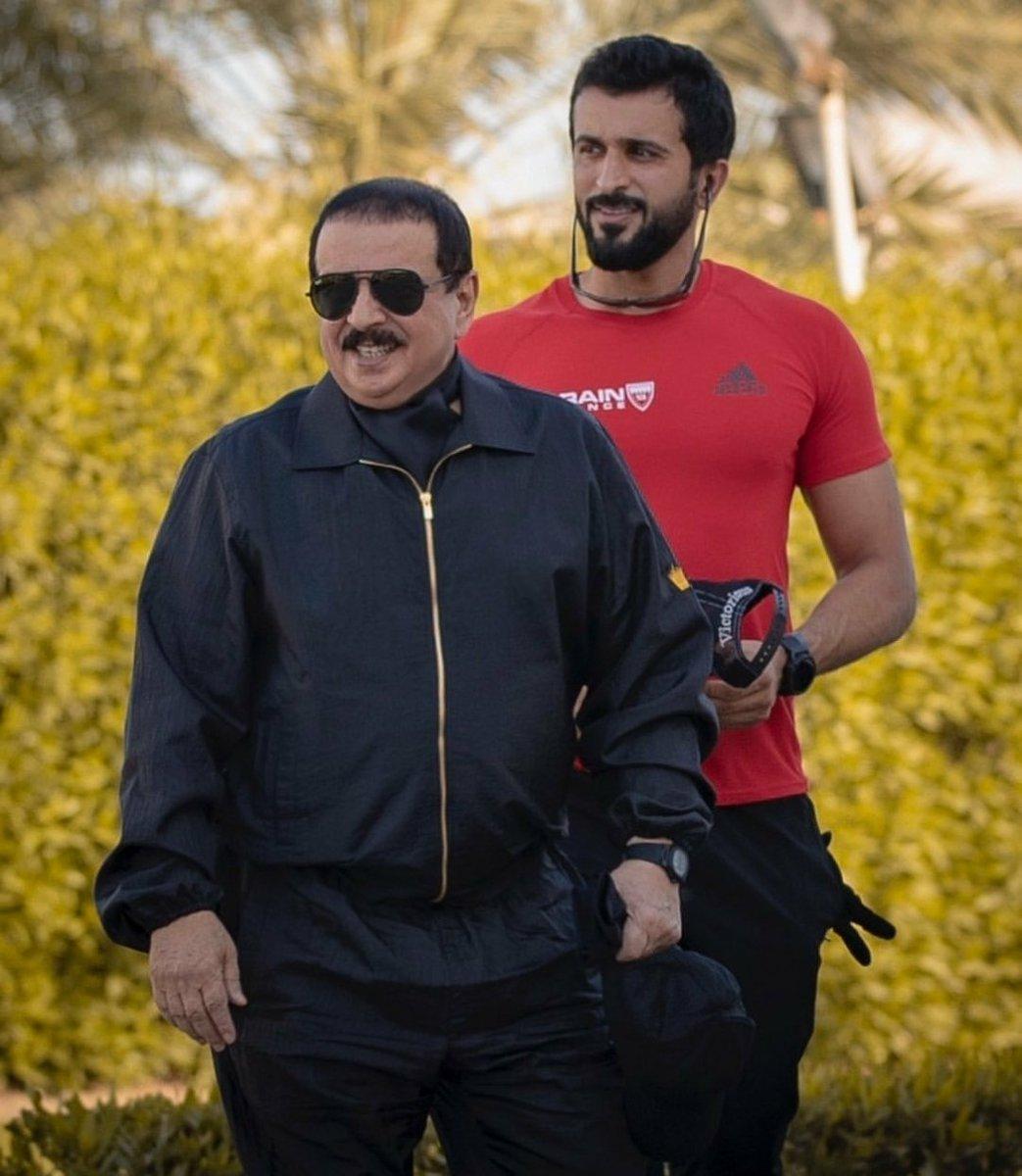 من هو صاحب فكرة #فينا_خير اليس هذا الرجل العبقري #ناصر_بن_حمد من استطاع ان يحقق الميداليات الذهبية في جميع المجالات؟ من استطاع ان يساهم في تحقيق كأس الخليج لاول مرة في تاريخ البحرين اليس وقفة هذا البطل الملهم، من ذهب للحرب مع التحالف؟؟ #ناصر_بن_حمد_وزيرا_للدفاع #حكومة_ولي_العهد. https://t.co/bTzBBOeV0d