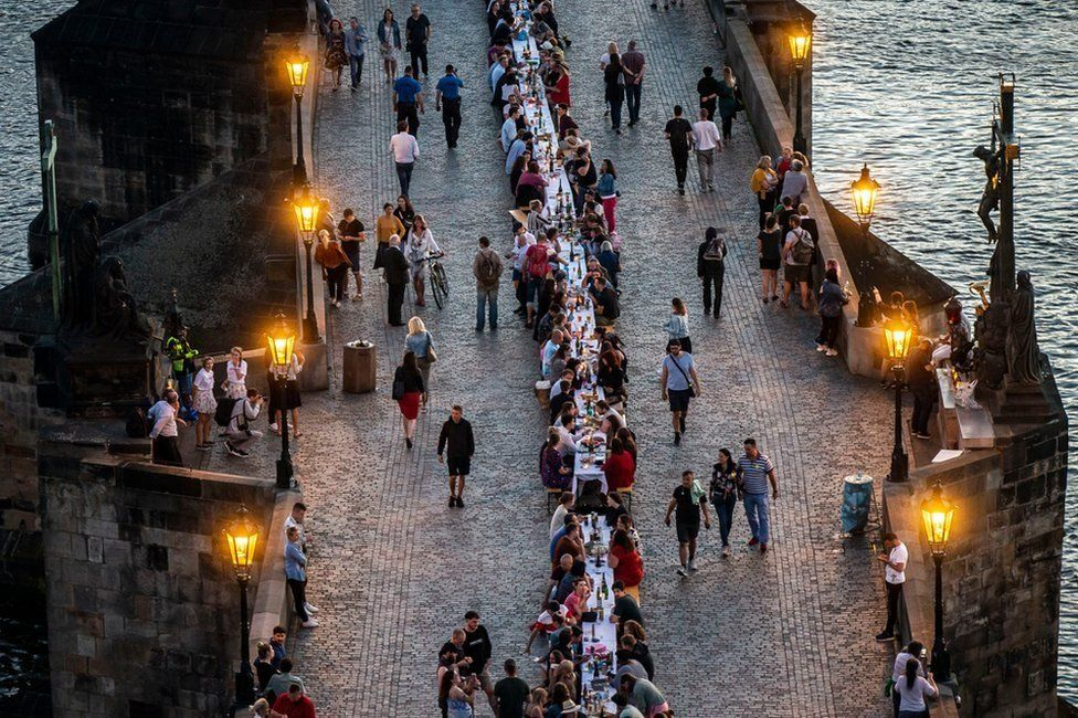 People ate lunch at a 500-meter table on Charles Bridge after the Coronavirus virus was reduced in Prague. But I think that will keep them apart again. #coronavirus  #corona  #pandemic  #CoronaPandemic  #COVID__19 https://t.co/cBz1hobNmE