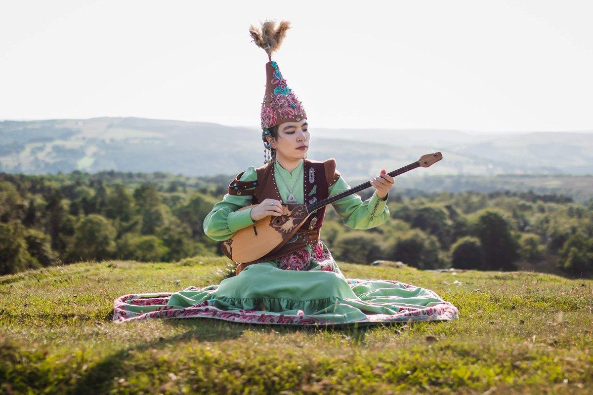 """Kazakistan'da her yıl Temmuz ayının ilk pazar günü """"Dombra Günü"""" olarak kutlanıyor.    Kardeş ülke 🇰🇿Kazakistan'ın Dombra Günü kutlu olsun. @KazakeliKZ https://t.co/UGCYoye8uB"""