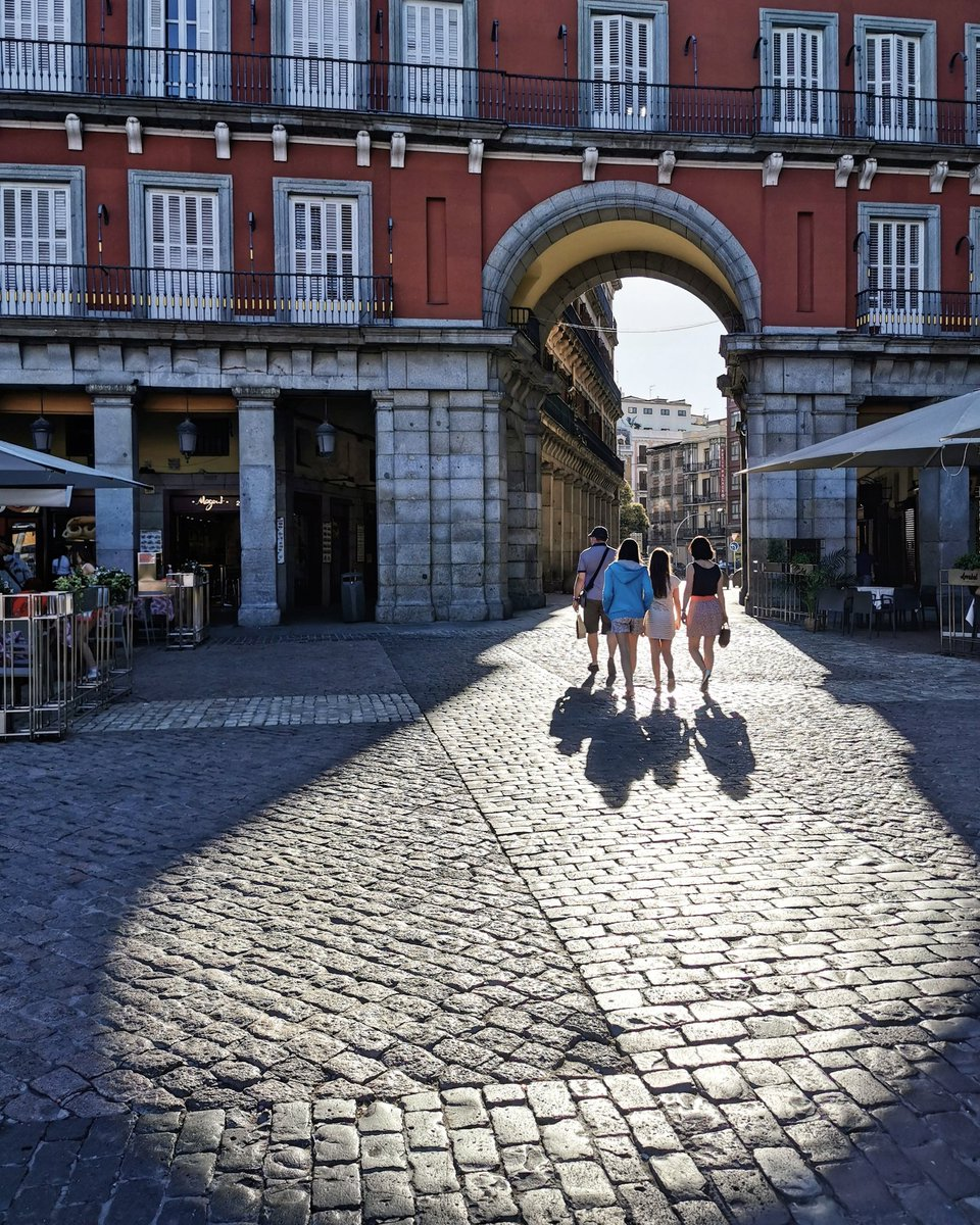 Sombras en la Plaza Mayor ❤️ ¡Buenos días!  #madrid https://t.co/AkO52L7NFt