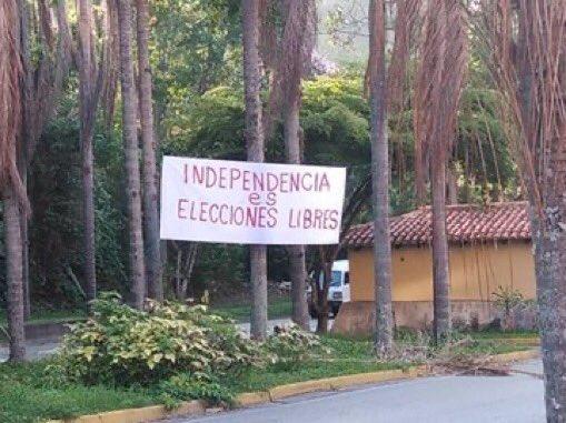 """""""Independencia es elecciones libres"""" y """"cuando la tiranía es ley rebelarse es un derecho"""" así le dicen los venezolanos a la tiranía que su tiempo está por terminar #eljuegoesenlacalle #5Jul https://t.co/JLB9hKC9o0"""