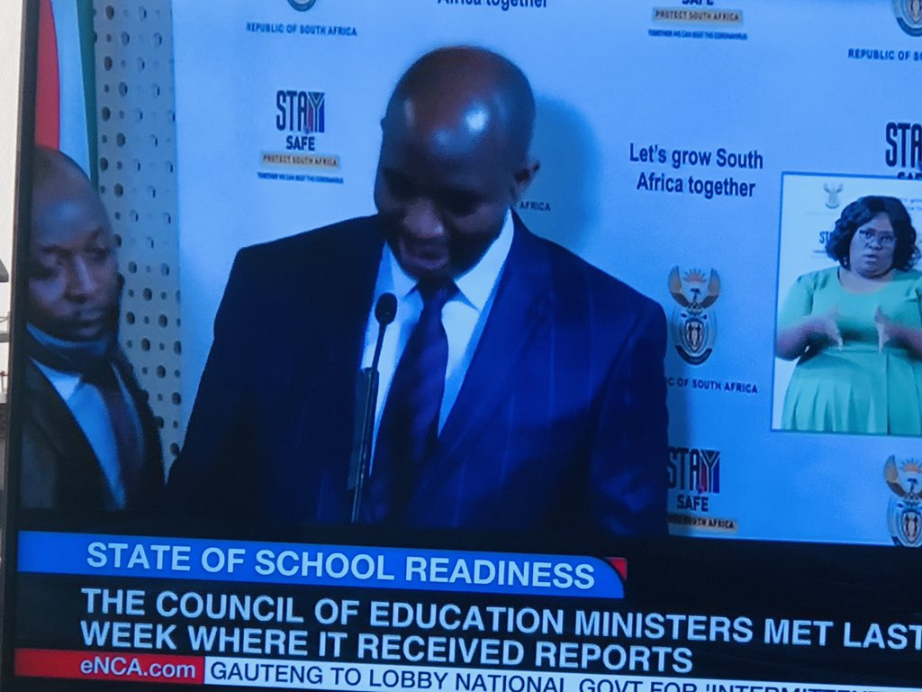 @ElijahMhlanga social distance!!! Monna! And wear that mask  @DrZweliMkhize assist chiefpic.twitter.com/KnxMbKgskJ