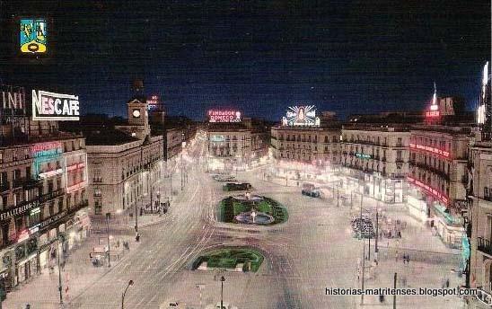 Hubo un tiempo en el que la Puerta del Sol era más un soporte para anuncios que una plaza. Foto de los años 60, gracias a HistoriasMatritenses. #madrid https://t.co/bElldquFcx