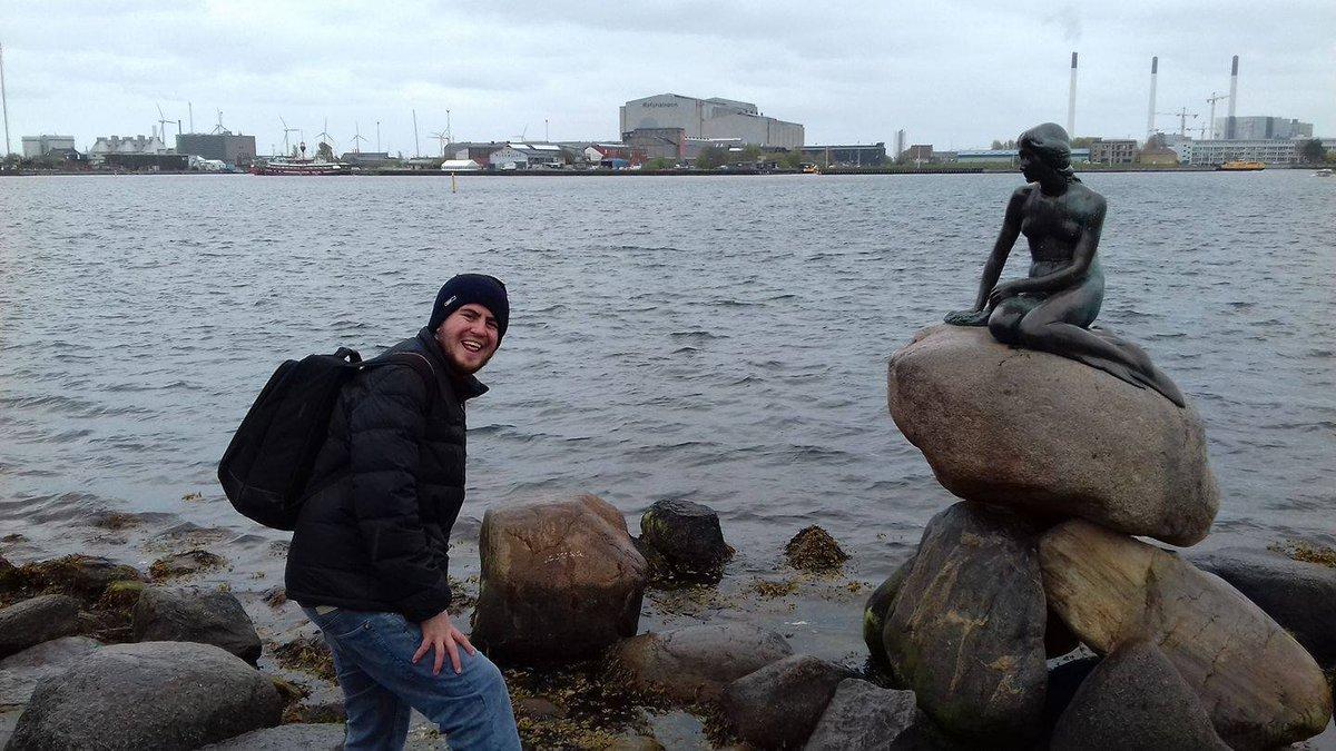 Quiero mandar todo mi apoyo y cariño a Copenhague después del ataque cobarde que ha sufrido su monumento más emblemático.  Al día siguiente de esta foto fui también a Odense para conocer la casa de HC Andersen, el creador de este cuento maravilloso q marcó mi infancia  #Dinamarca pic.twitter.com/KxGRCYmlVh