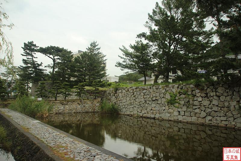 洲本城(兵庫県) 山麓部水堀と櫓台石垣。山麓部は寛永8年(1631)に築かれた。 #城 #写真 http://castle.jpn.org/awaji/sumoto/8.html…pic.twitter.com/wmXU9NKJAh