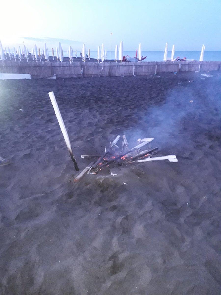 Questa mattina hanno divelto e dato fuoco a diverse paline per il distanziamento sociale installate sulle spiagge del litorale di Roma, a Ostia. Se pensano di intimidirci hanno sbagliato: noi andiamo avanti #ATestaAlta #NonAbbassiamoLoSguardo
