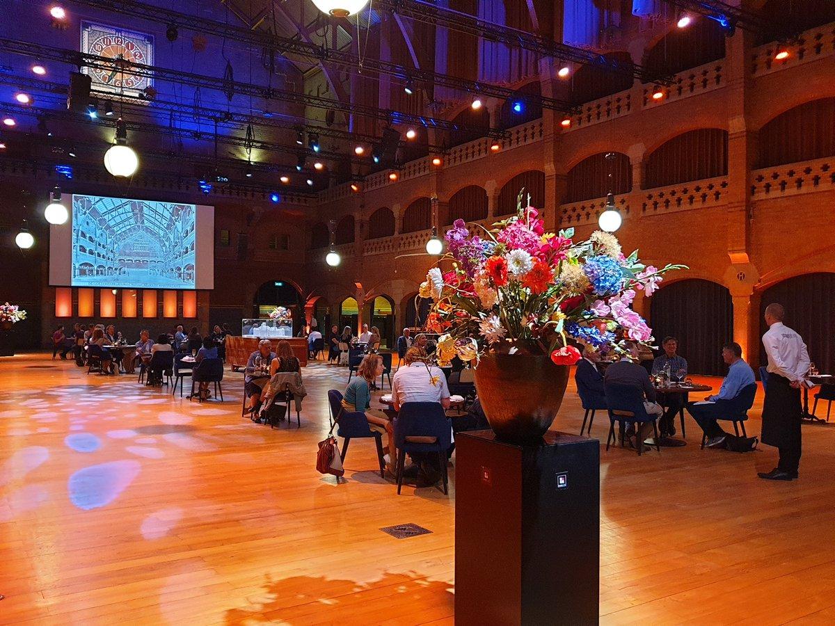 Dineren op gepaste afstand in de grote zaal van de @BeursVanBerlage. Unieke ervaring en heerlijk gegeten! Nog elke zaterdag in juli. http://www.bistroberlage.com @MCBSchonenberg @AmsterdamCity_ @_Damrak @MKBAmspic.twitter.com/RDXWtlCPu7