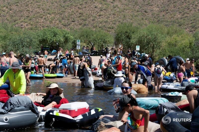 People prepare to go tubing on Salt River amid the coronavirus outbreak in Arizona. More top photos of the week: https://t.co/S7QpFBzl1A 📷 @orr_photo https://t.co/HYf8RWWwDN