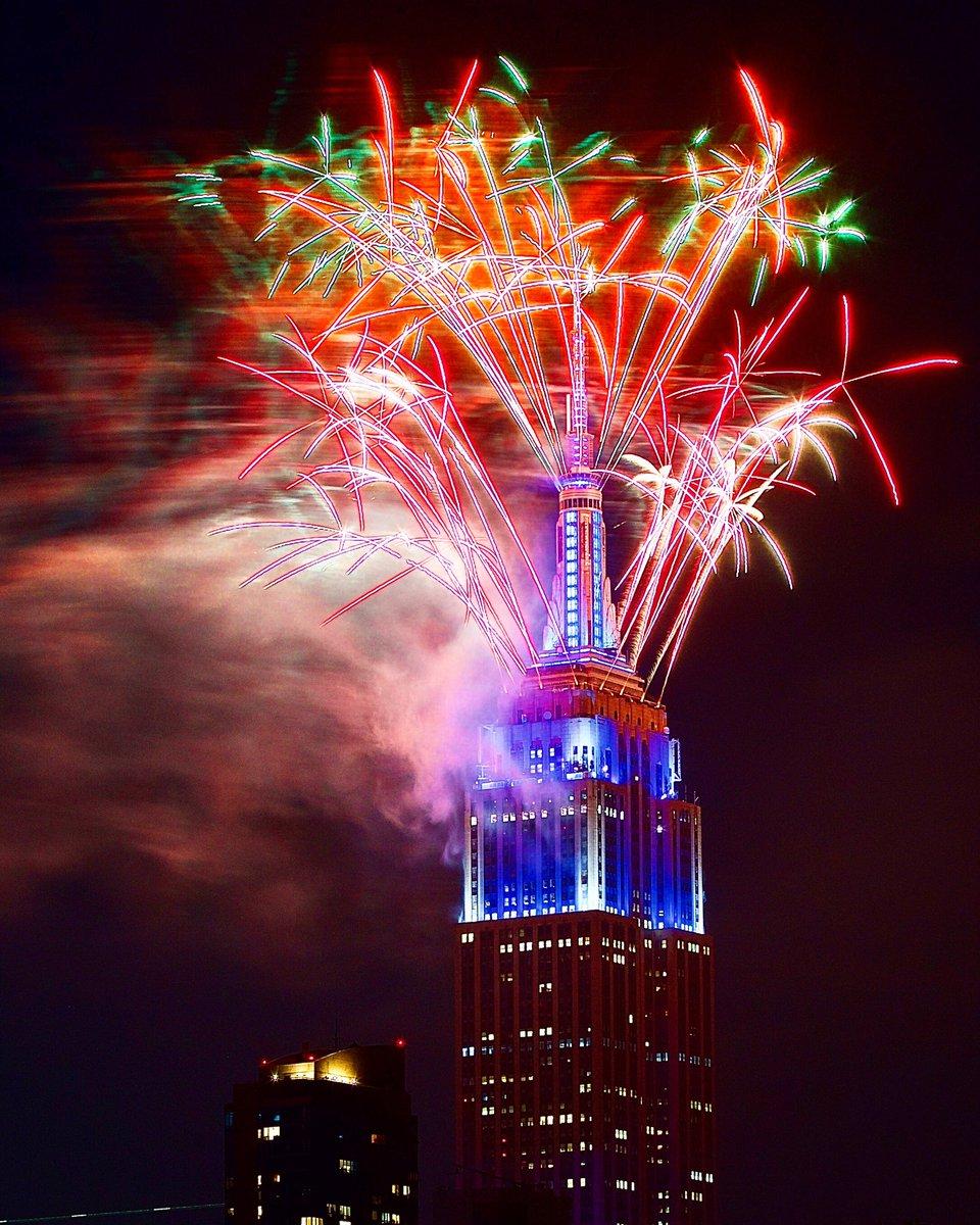 Happy Independence Day - 7/4/2020, 9:52 PM. 🇺🇸❤️💙🤍🇺🇸😃 . #IndependenceDay #FourthOfJuly #July4th #WeThePeople #BlackLivesMatter #WeHoldTheseTruths #Freedom #Democracy #Fireworks #EmpireStateBuilding #ESB #NewYorkStateOfMind @EmpireStateBldg https://t.co/DEfHVcKJuq