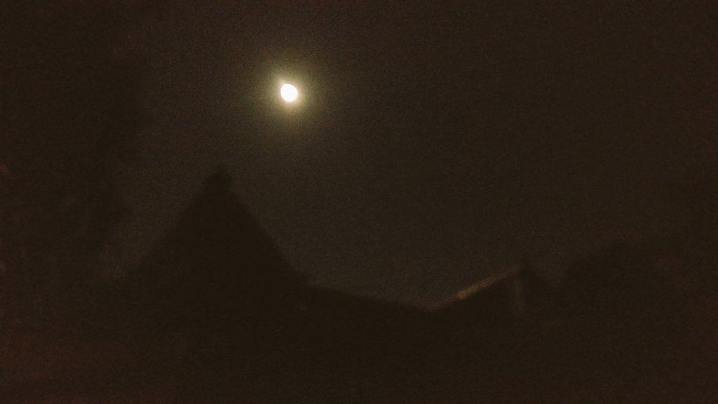 Tadi temen ngomongin padhang mbulan. Ini pemandangan dr depan rumah kmren malem. Malam ini, nampaknya ia memilih bersembunyi di balik mendung https://t.co/BB2hOS18Y3