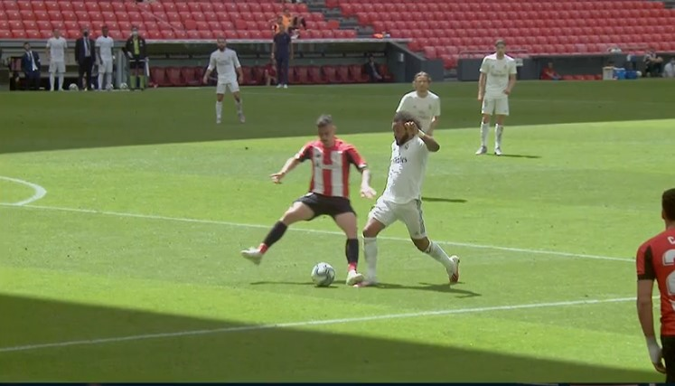 Uno es penalti. El otro no. Adivinen cuál.  #AthleticRealMadrid https://t.co/aKRozQRBWx