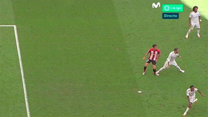 Y al Revés... Cuando Sergio Ramos pisó a Raúl García no lo cobraron. ¡El famoso VAR que llegaba al fútbol para hacer todo más justo! Jajajaja https://t.co/rwiO74gBCk