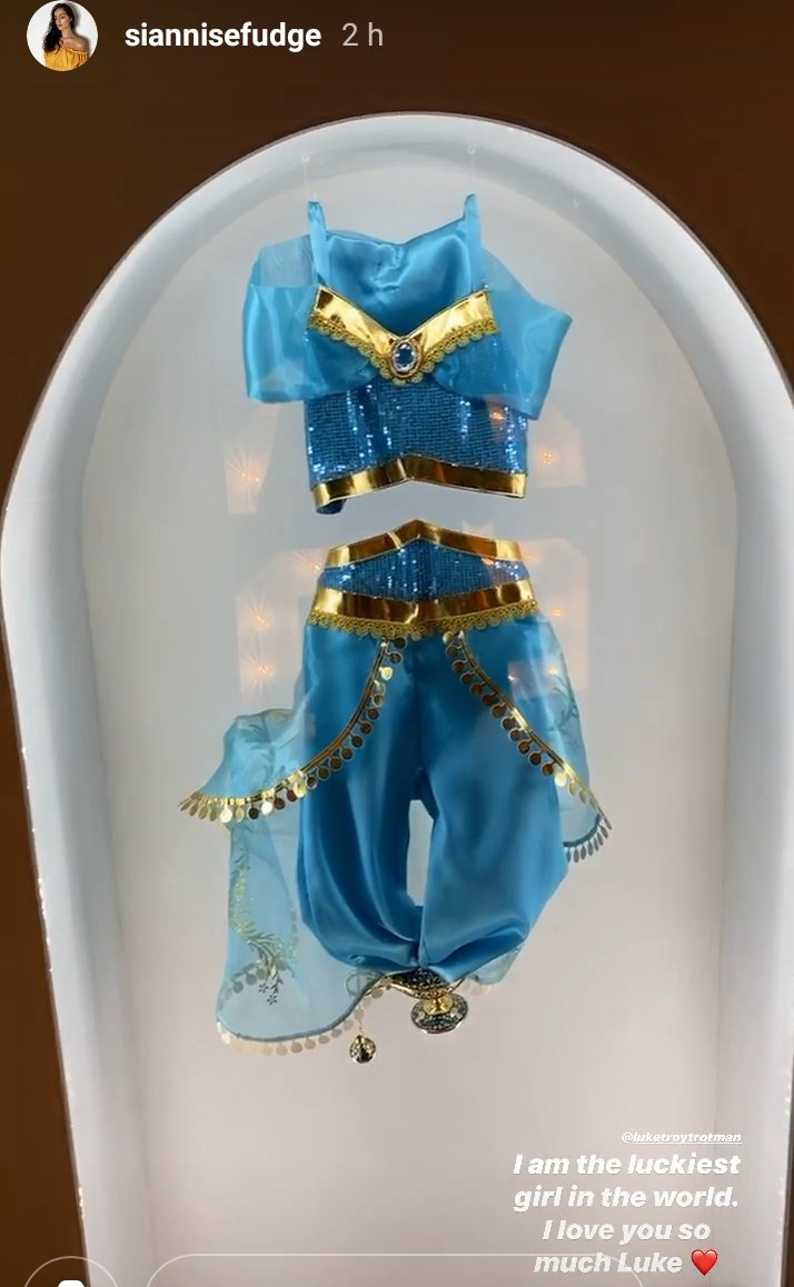 Princess Jasmine costumeDown to wrapping paper  Disney needs to recognise Siannise     Luke went all out  #LoveIsland pic.twitter.com/kVWz2I77bw