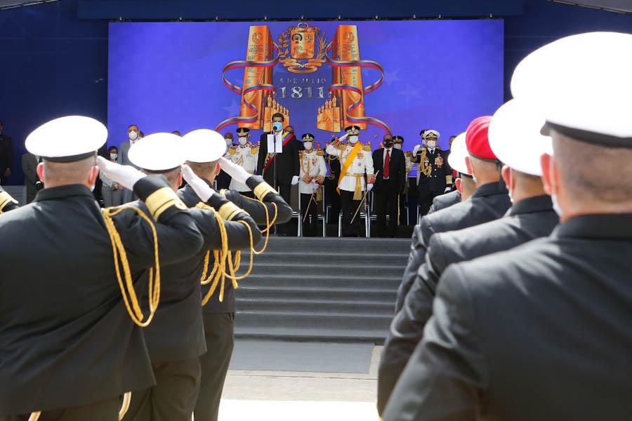 #LoDijo el Pdte. @NicolasMaduro Nosotros lo estamos demostrando hoy, 209 años después, más nunca Venezuela será colonia ni del imperio gringo ni de ningún imperio europeo. Aquí estamos de pie, victoriosos, batallando. ¡Que viva la Patria! ¡Que viva la libertad! https://t.co/HYyPsP3xmc