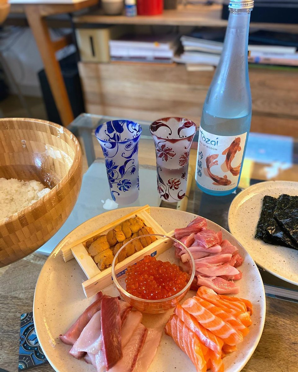 """Looking for ideas to celebrate your special day at home? Kanpai with good sake and sushi never gets old . """"DIY hand roll  and sake  for anniversary dinner at home ."""" . . (#regram @ainehakamatsuka)pic.twitter.com/JJB4do3msy"""