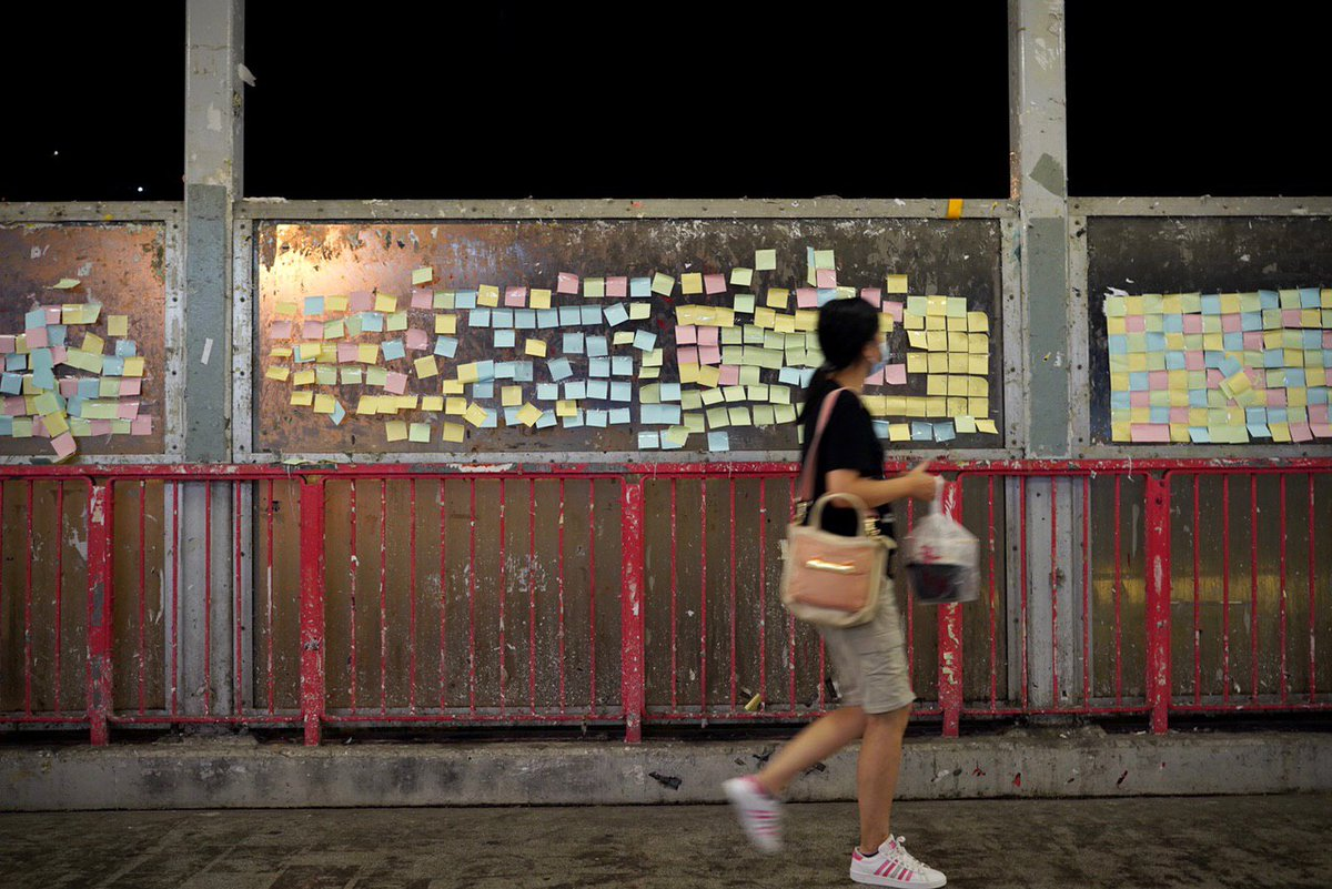 """A blank """"Lennon Wall"""" message board appeared in Tsuen Wan over the weekend after the #HongKong government said the pro-democracy slogan """"Liberate Hong Kong; revolution of our times"""" was illegal. Photo: Benjamin Yuen / @USPhongkong. https://t.co/oqGS5nywqT"""