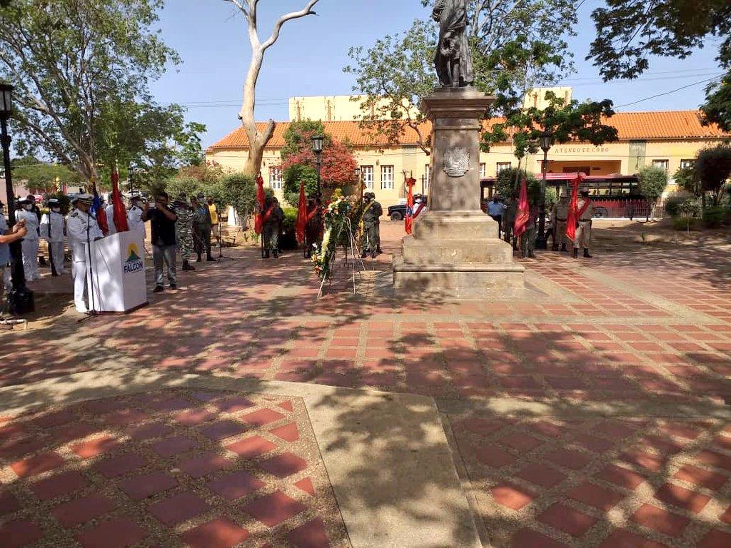 El @AB_BIM42 asistió al acto con motivo a la celebración de los 209 años de la Declaración de la Independencia y día de la gloriosa #FANB en la plaza Bolivar de la ciudad de Santa Ana de Coro. @NicolasMaduro @vladimirpadrino @ArmadaFANB @AB_BRIM4 https://t.co/hMezIV0zLe