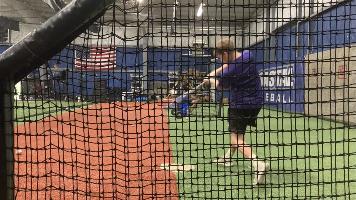 Freeze frame of my body at the point of contact. Everything working towards the ball. #baseball #Quarantine #catcher #catchers #hitting #collegebaseball #highschoolbaseball #pros #D3 #d3baseball https://t.co/JCUcOaipFm