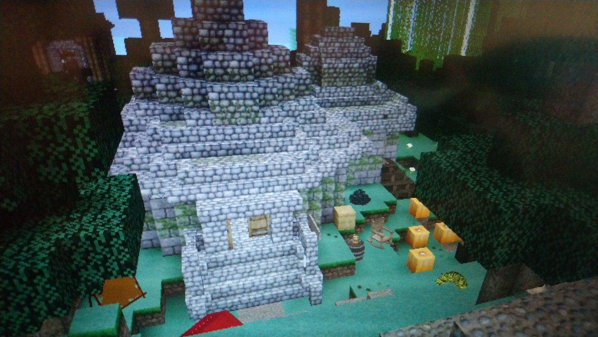 Huhu ihr Lieben und @dagilp_lbh. Ich habe mich mal an Hagrids Hütte versucht mit Hilfe von der lieben @Pubylein und der lieben @Lou__louxd beim Dach. Vielleicht gefällt es dir ja oder du bekommst paar Inspiration.  Zu besichtigen in der Nähe vom Ländereienspawn beim Baum  pic.twitter.com/Gd20b0OLmH  by HerminePotterxx
