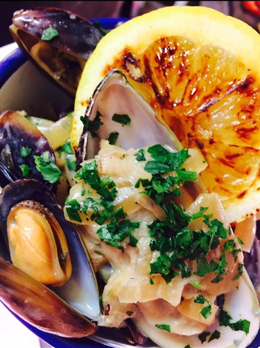 1/2 Kilo of Mussels for Starters or a Kilo for your Mains in Bernaise Sauce & Chorizo dust & Baked Tomato Bread  (and Fat Chips with a main).......delish! Table booking son 01536 330 476 pic.twitter.com/4Y2KIQCHQB
