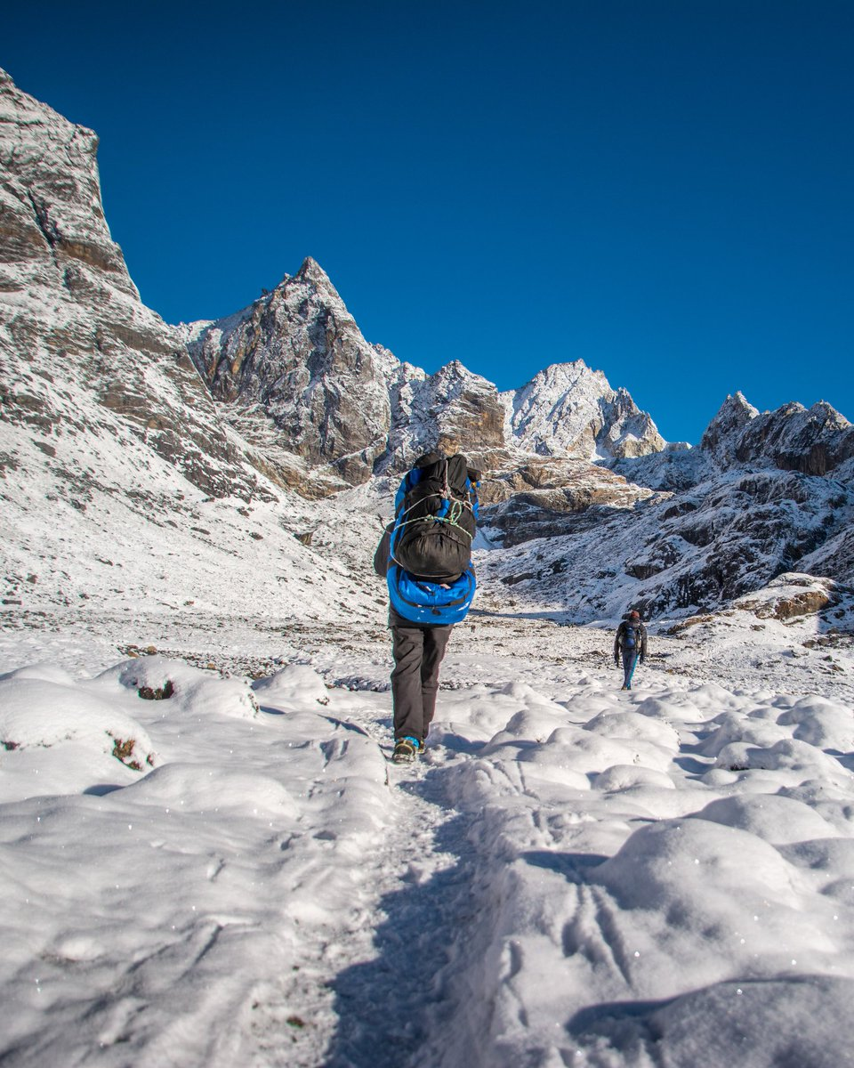 Section lying in between Khumbu glacier and Ngozumpa glacier is rocky. Altitude is 4800+ m and in between Cholatse mountain and gyachu kang ridge there are multiple glaciers and ice is present throughout the year, making them technical to cross.  #everest #glacier #nepal https://t.co/h7hY7EwCUe