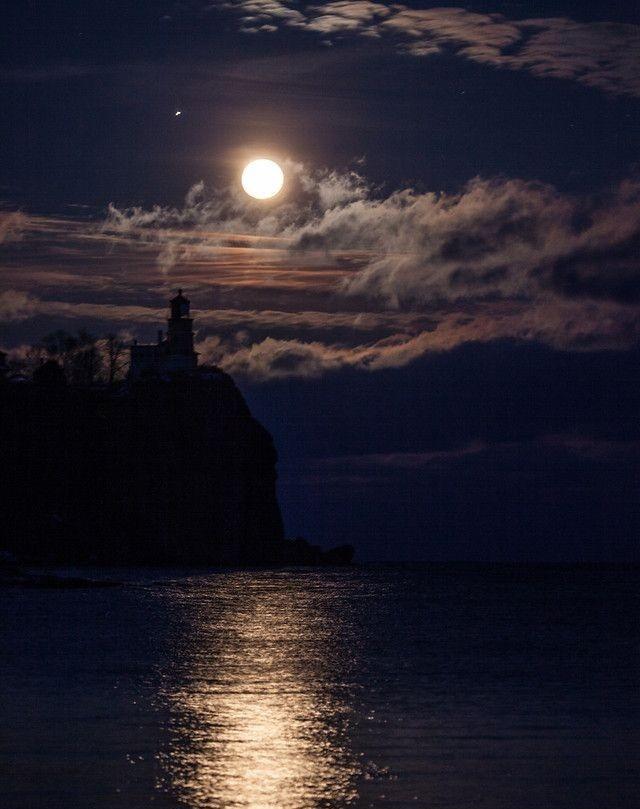 Good night friends #moonlight #moon #night pic.twitter.com/Z2AjQN5yI5